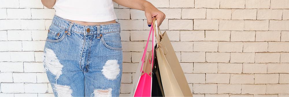 激安っていうけど、韓国服は本当にプチプラなの?送料は?買い物袋を持つ女性