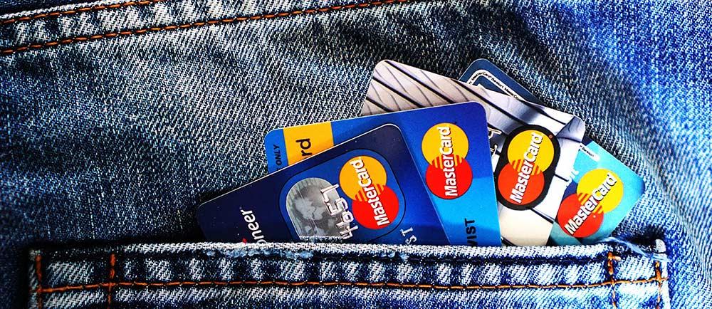 韓国服を通販で購入するときに心配な「購入システム」について-ポケットにクレジットカードを4枚入れている